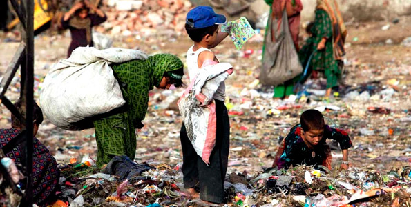 В то же время сотни детей Пакистана ежедневно питаются едой, найденной на мусорных свалках.