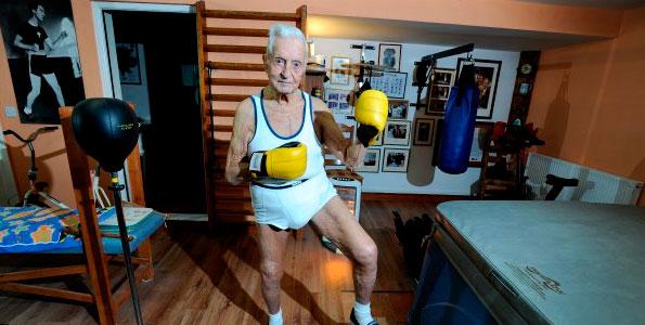 94-хлетний Стэнли Томас во время тренировки